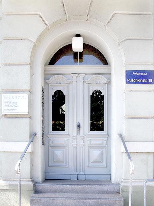 Eingang Zahnarztpraxis Dr. Klemm Neuruppin